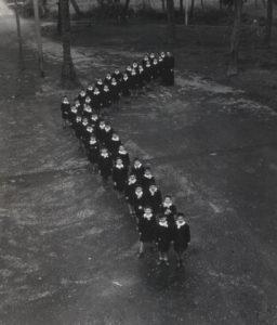 1951-Orfani in fila