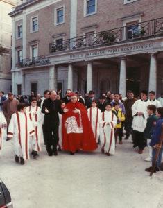 1990-Cardinale Giordano in visita all'Istituto